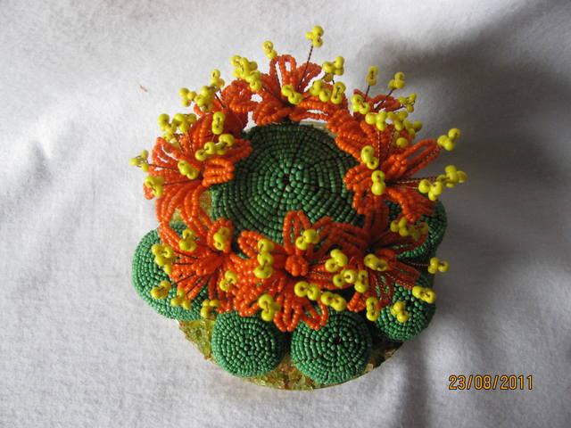 руками. кактус из бисера