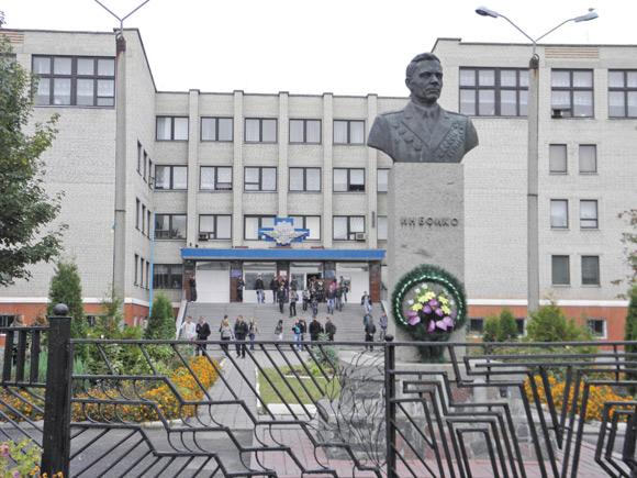 Не в медiнститутi Москви, а саме ось тут, у Козятинському училищi, й навчався псевдопрофесор Слюсарчук.