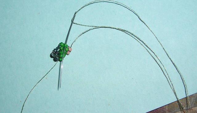 то получиться ровный, гладкий жгут.  А если с ошибкой то закрученный иголку вводим в первую зелёную бисерину снизу...