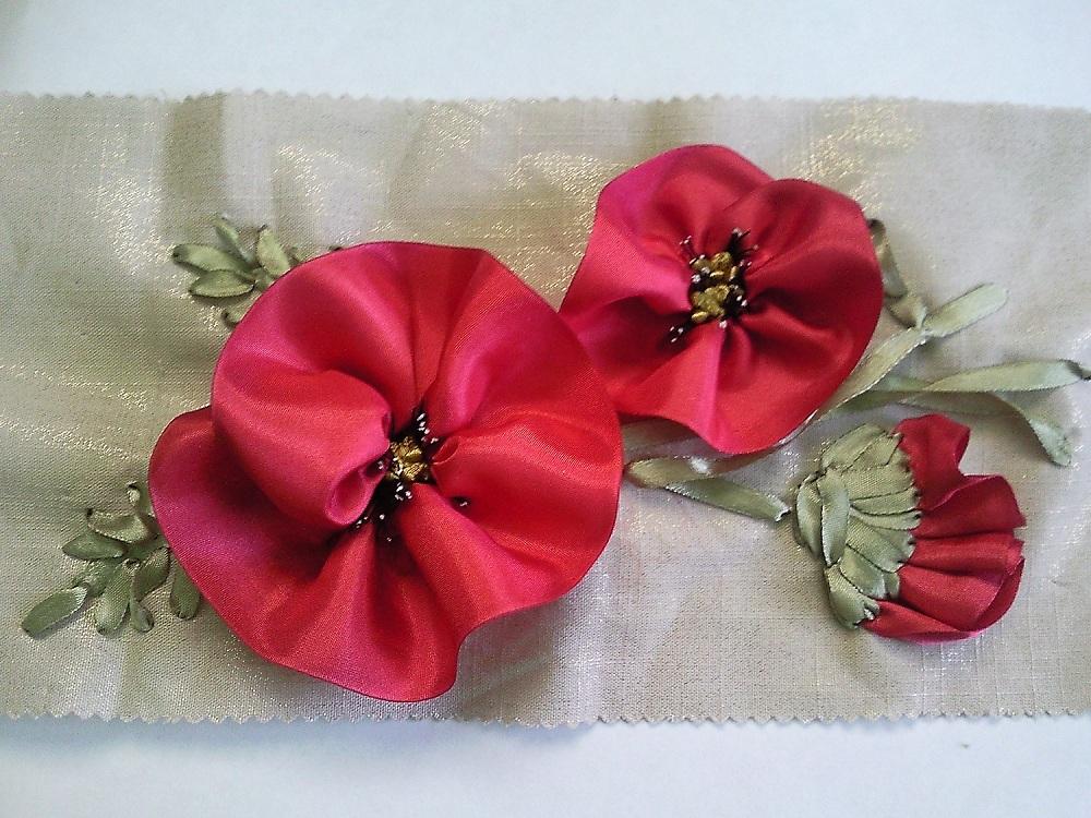 Вышивка лентами красных маков.