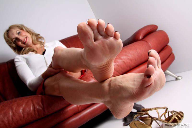 3Раздвигают ножки интим фото