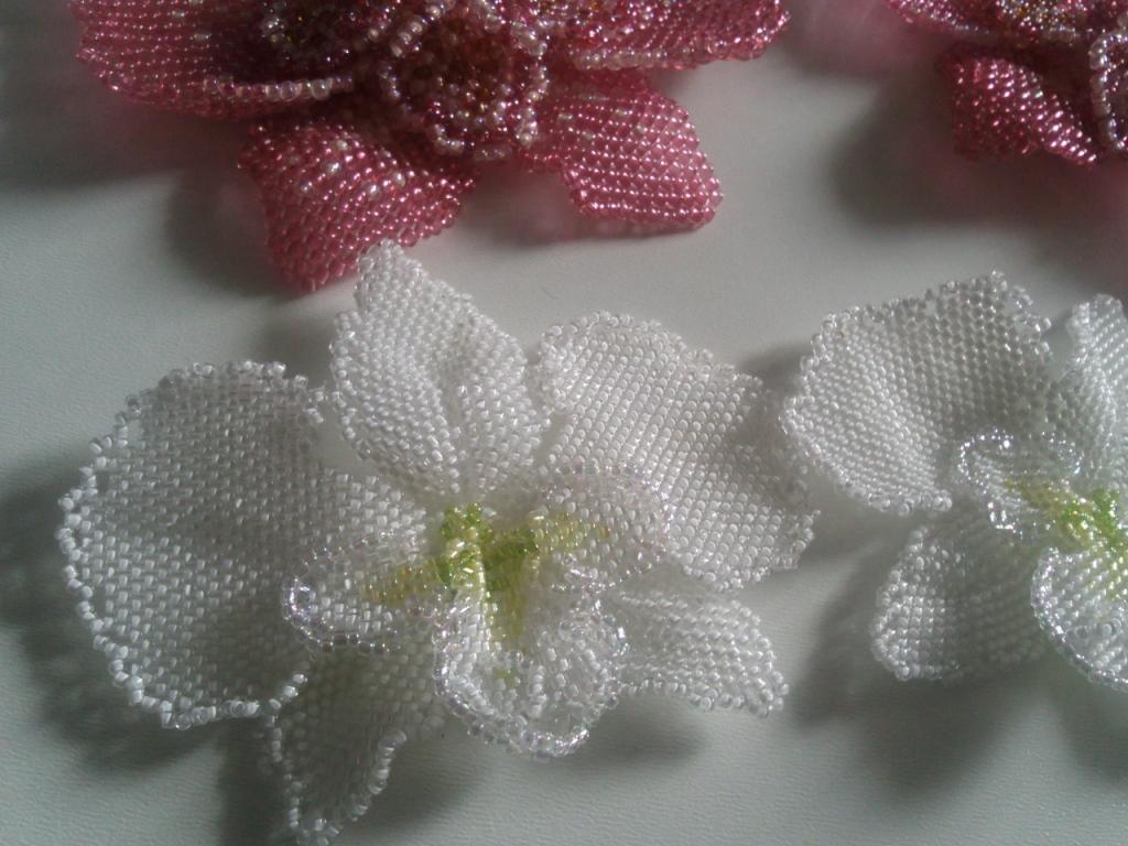 лепестки из бисера, как плести из бисера цветы, орхидея из бисера, орхидея фаленопсис из бисера.