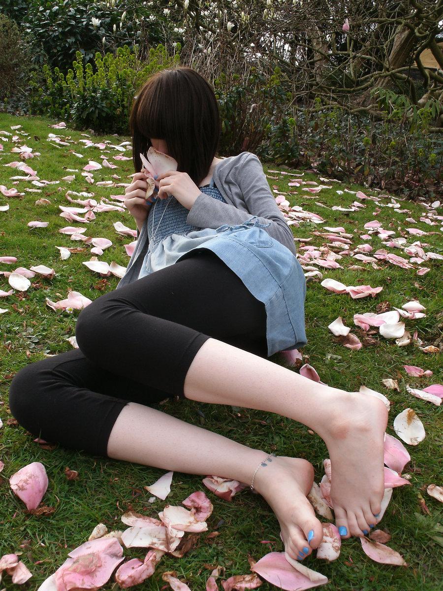 Смотреть как нюхают ноги девушке 15 фотография