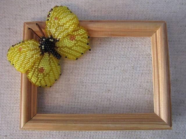 Бисер чешский 10, поэтому размах крылышек получился до...  Моя первая бабочка. (первая работа в плоской мозаике).