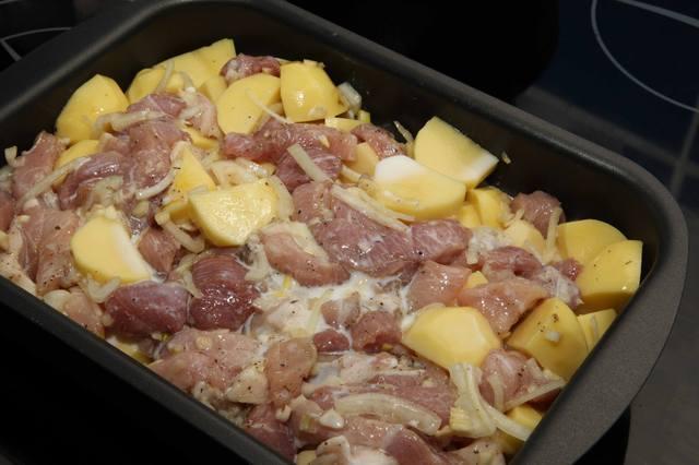 свинина в духовке кусочками с картошкой в духовке