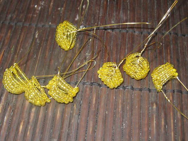 5.Серединка для ромашек из желтого бисера.  Количество зависит от количества цветков.  У меня 7 штук.