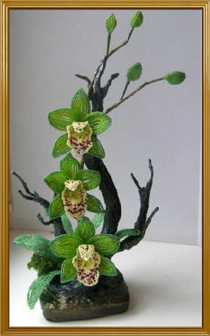 Идею взяла на форуме Бисер-инфо у SiYana-Яны.  Орхидея по схеме Ириши-А.  Девочки спасибо за вдохновение.