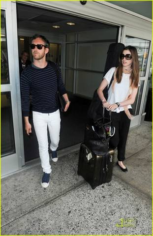 anne-hathaway-adam-shulman-new-york-landing-04