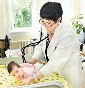 Врач-педиатр Вера Лебедева делает плановый осмотр маленького пациента.