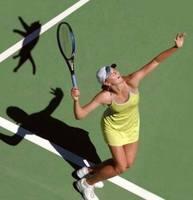 Мощный удар тенисной ракеткой