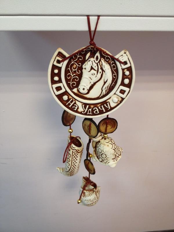 Оберег-подкова-с-лошадью-керамика-белая-глина / vfl.ru это, .