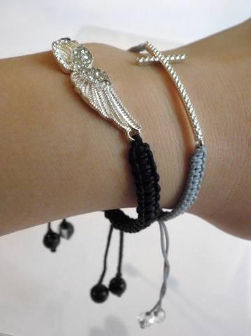 крест и крылья на руке