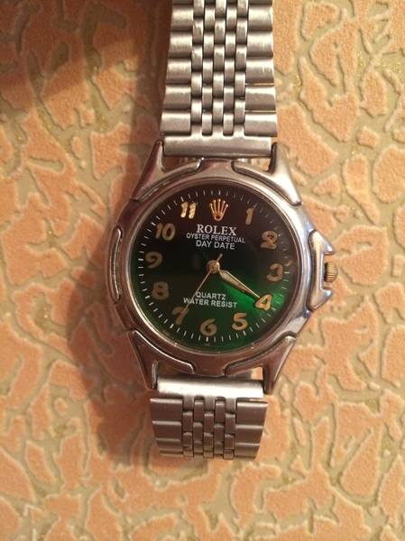 Продам часы Ролекс, не царапающиеся стекло, кварц, при установке стекла мастер повредил циферблат на фото видно