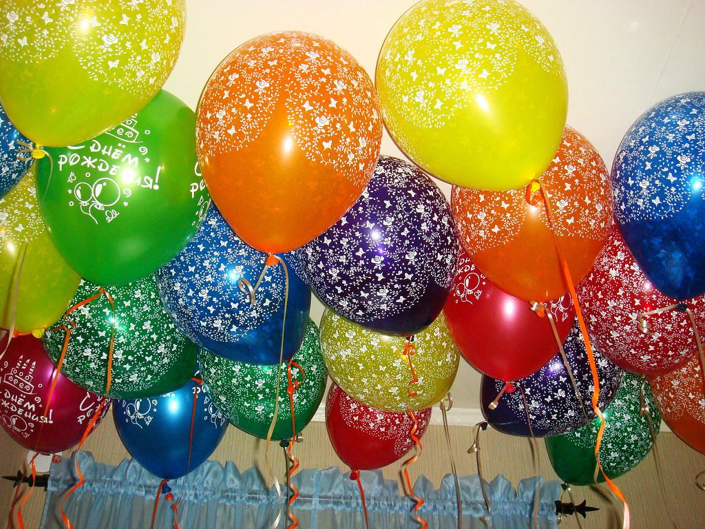 Поздравление цветными шариками 95