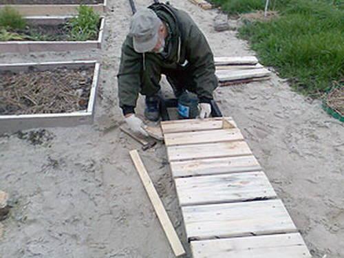 Дорожки из доски на даче своими руками фото