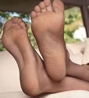 Фото между женскими ногами и