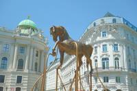 Медный конь на площади Хофбурга (сооружён в 2017 г.). Фото Морошкина В.В.