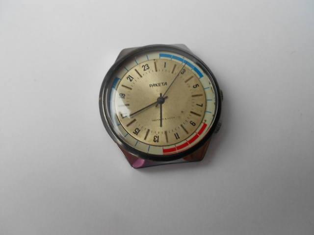 Часы заводятся вручную с помощью заводной головки.