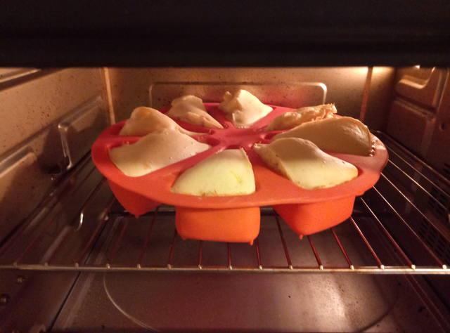 Пирожки из заливного теста с консервированной рыбой и картофелем