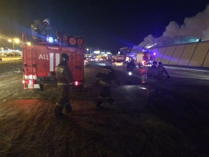 Пожар на рынке площадью 650 кв.м. в Екатеринбурге тушили пять часов   Изображение 1
