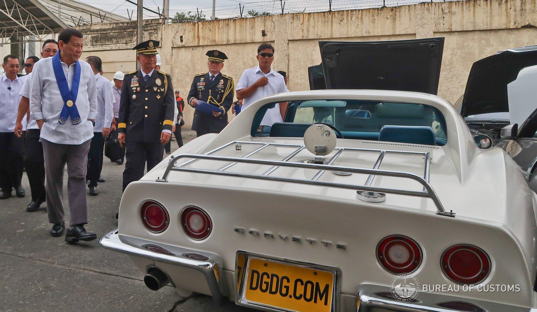 Президент Филиппин приказал раздавить бульдозером контрабандные люксовые автомобили | Изображение 1