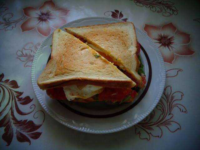 Клаб-сэндвич с хрустящим беконом и глазуньей 22019518_m