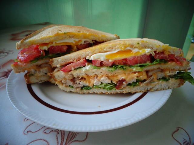 Клаб-сэндвич с хрустящим беконом и глазуньей 22019526_m