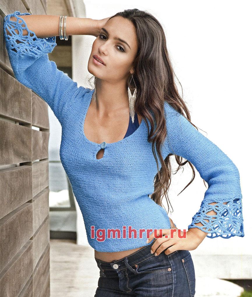Голубой пуловер с кружевными краями рукавов. Вязание спицами и крючком