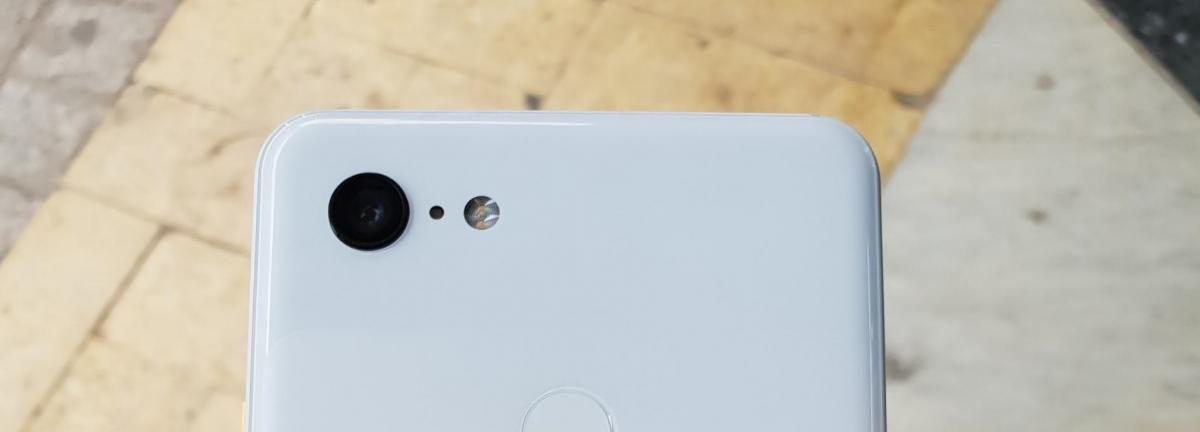 Google Pixel 3 XL предстал на живых фото в белом цвете