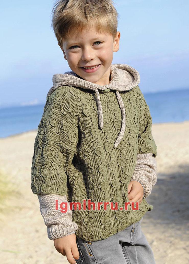 Для мальчика 3-9 лет. Двухцветный пуловер с капюшоном и косами. Вязание спицами