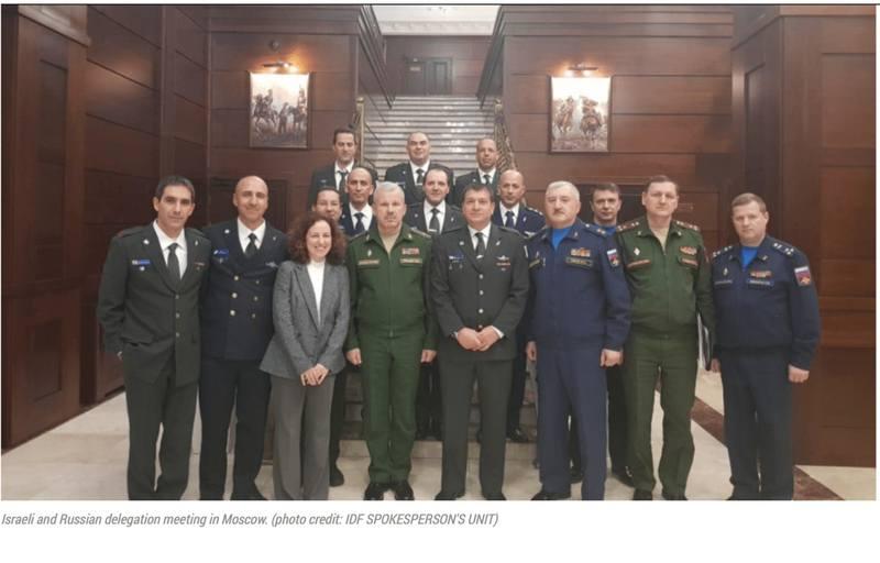 На фотографии делегация израильских военных после переговоров с российскими военными