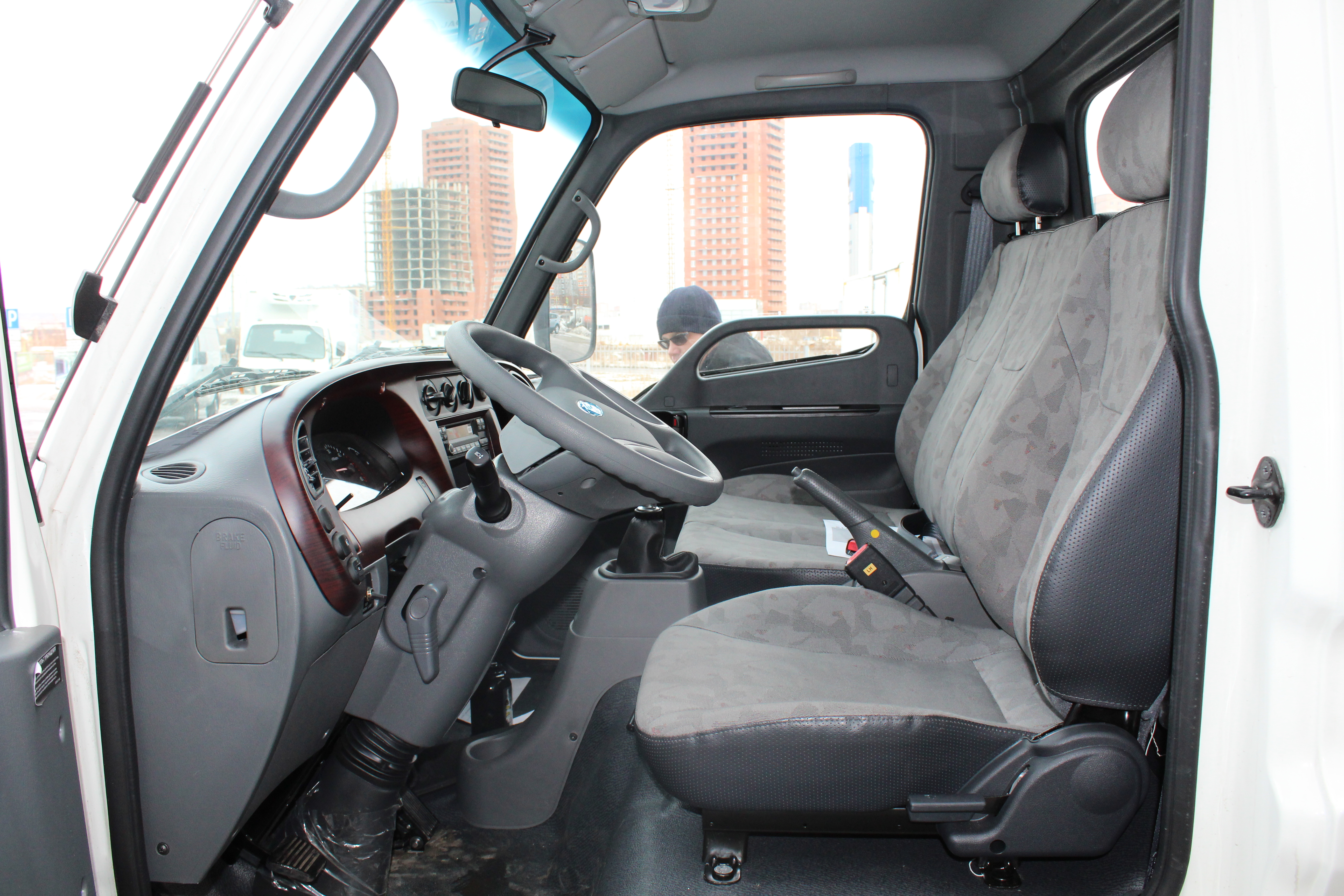 Водительское и пассажирские места в Hyundai HD35 отделены рычагами МКПП и ручного тормоза