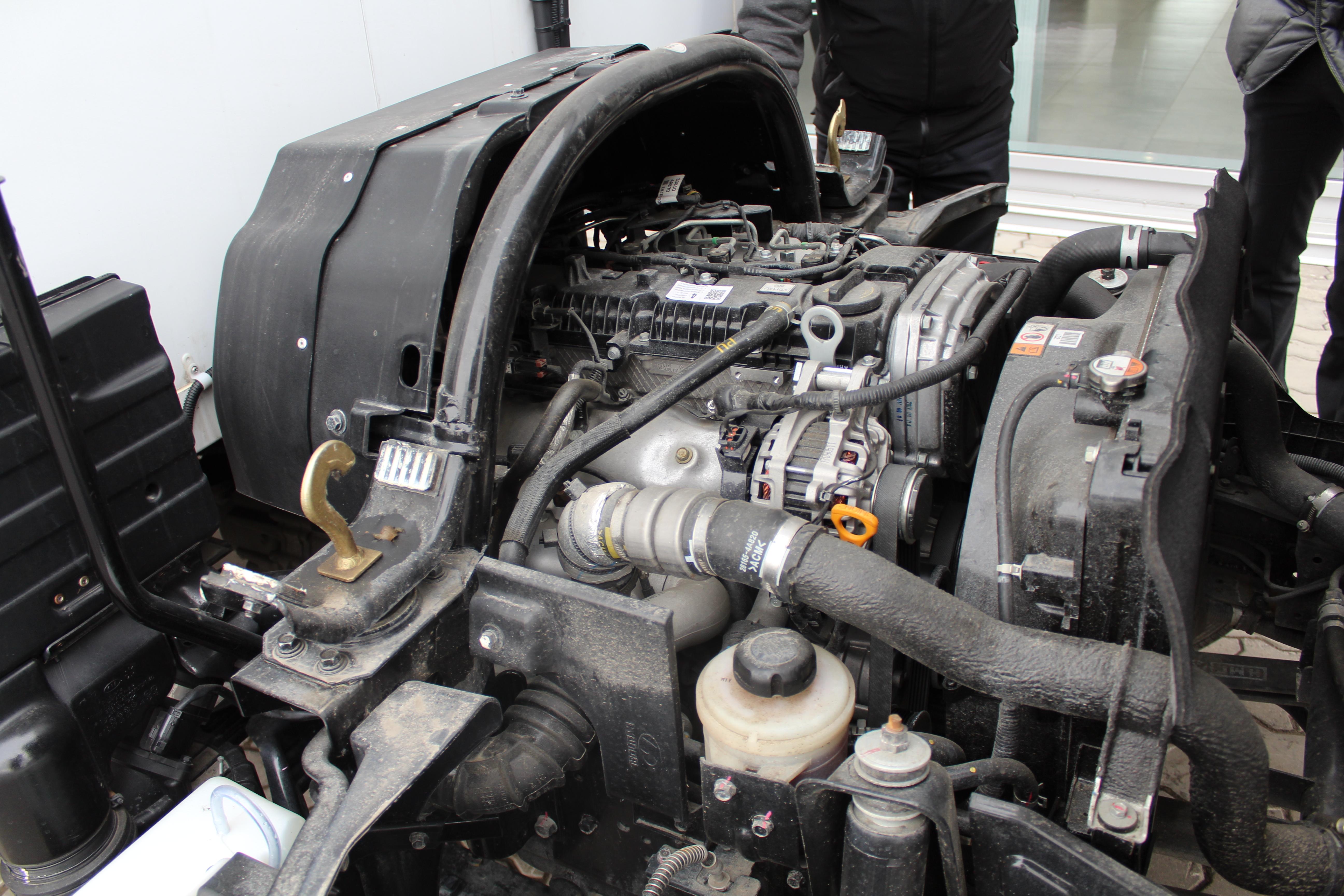Под кабиной расположен турбодизельный ДВС  Hyundai D4CD мощностью 136 л. с.