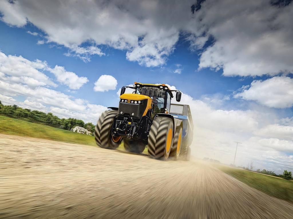 Трактор  JCB Fastrac демонстрирует скоростной режим