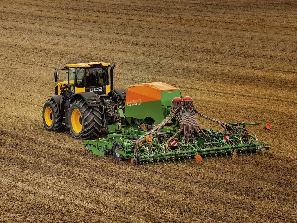 Трактор  JCB Fastrac на полевых работах