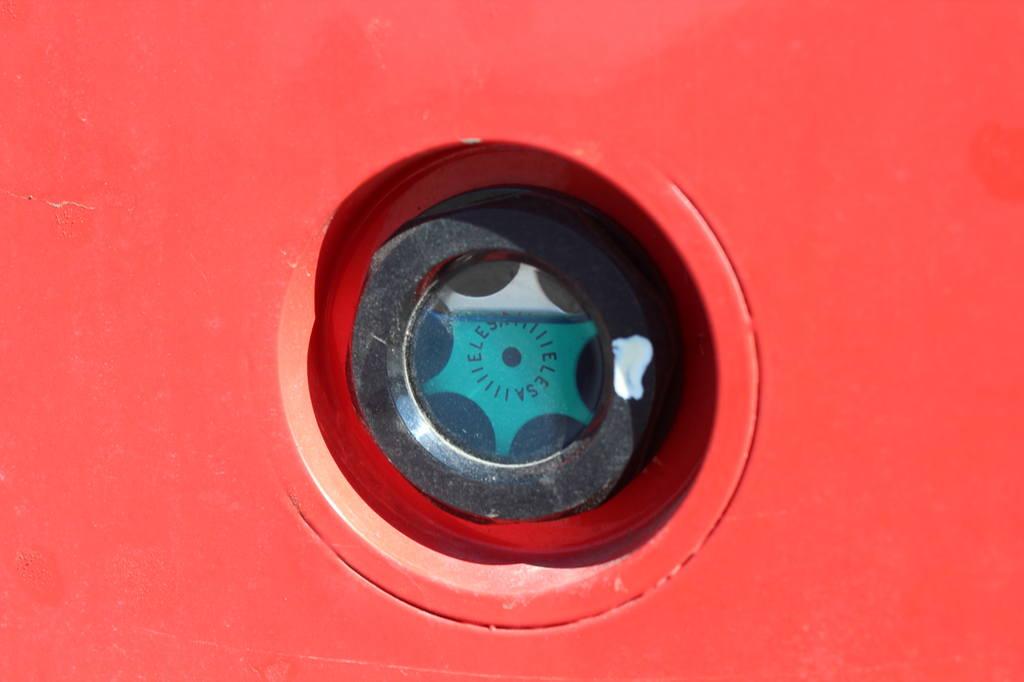Датчик уровня гидравлической жидкости виден до начала работы