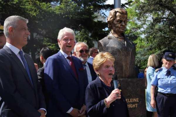 В Косово открыли бюст Мадлен Олбрайт в благодарность за натовские бомбардировки