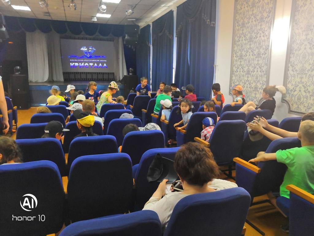 14 и 21 июня МАУ СКЦ «Кристалл» проводил показ мультфильмов для отрядов детской площадки школы №43.