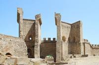 Ворота Генуэзской крепости в Судаке (вид из крепости). Фото Морошкина В.В..
