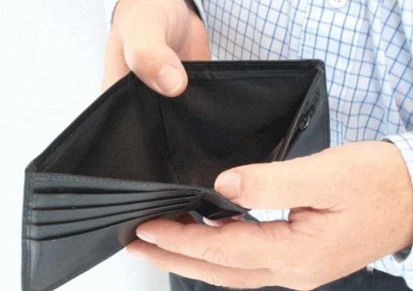 На фото – человеку срочно нужны деньги