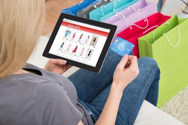 Девушка совершает покупку через интернет