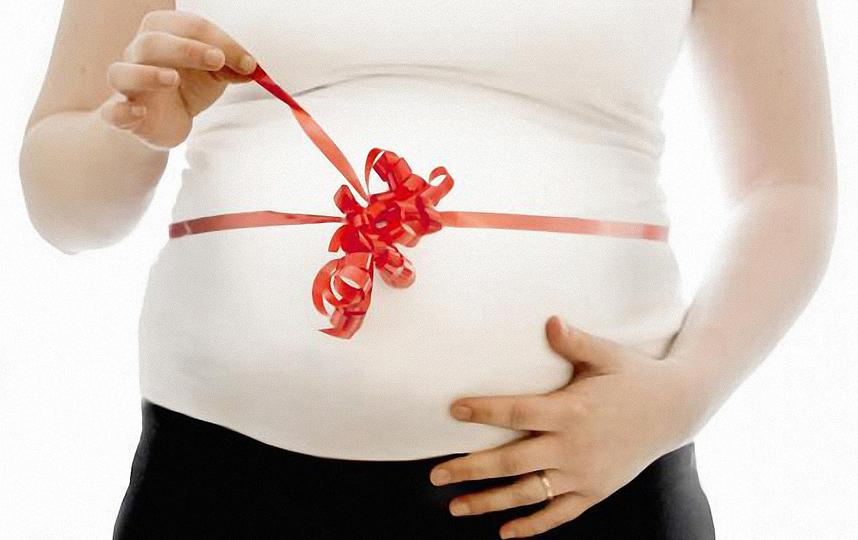 Красная нить на защите беременной женщины