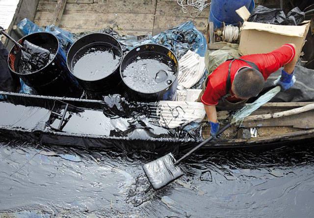 Сбор нефти с  поверхности водоёма