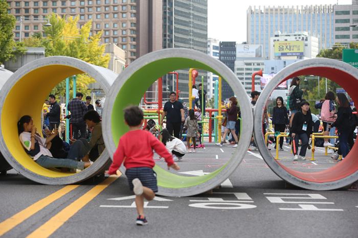 28106628 - Посетители весело проводят время на уличном фестивале в Корее