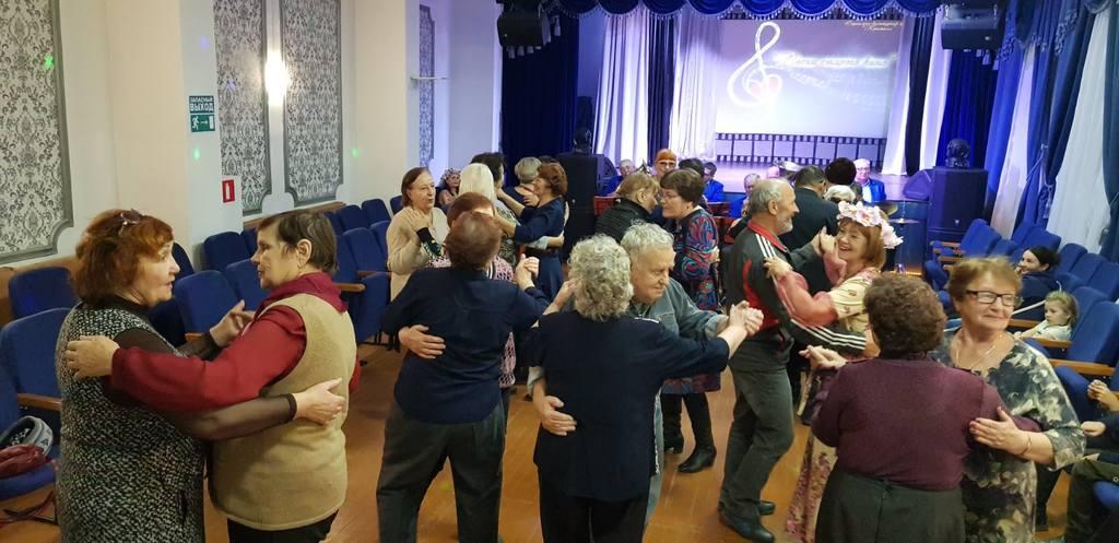 6 ноября 2019г. в 17:00ч. СКЦ «Кристалл» провел Концертно-танцевальную программу «Песни старого кино» часть 2ая