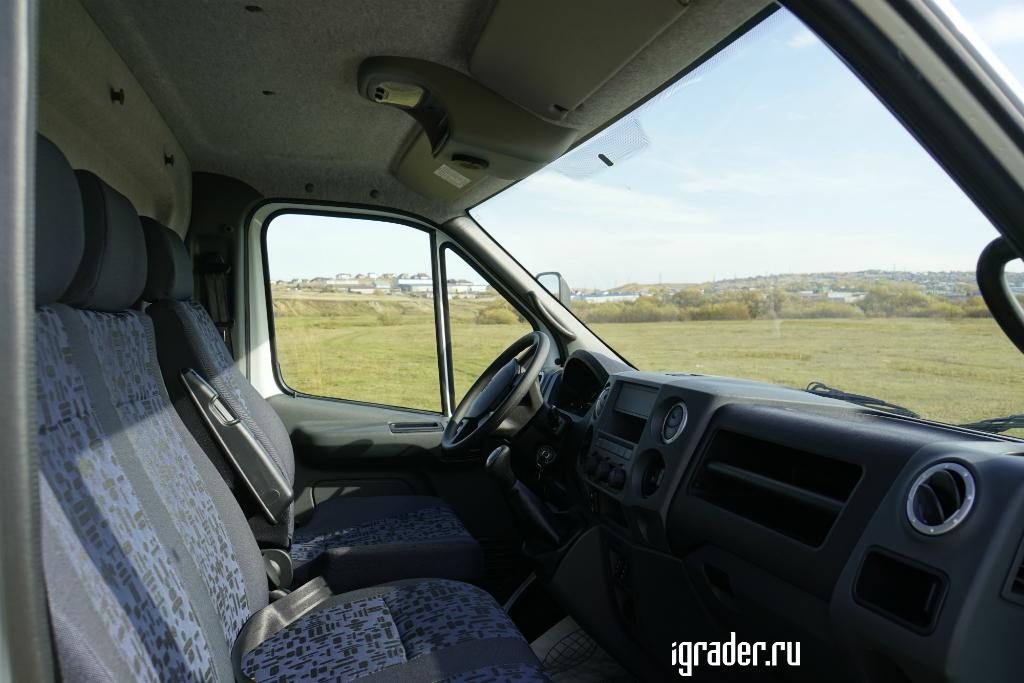 В трёхместной кабине «Садко Next» на ухабах пассажиру в середине остаётся только держаться за всё, до чего дотянутся руки