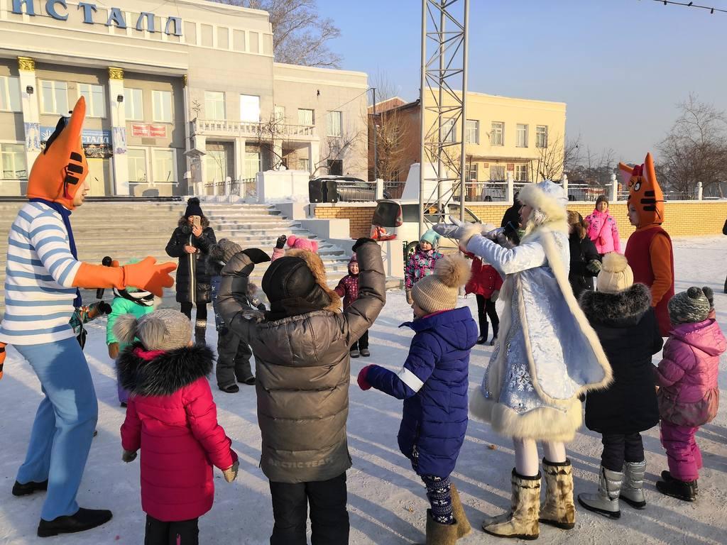 """В Сочельник в парке """"Кристальный"""" для детей микрорайона специалисты СКЦ """"Кристалл"""" провели игровую развлекательную программу."""
