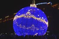 Световая фигура-ёлочный шар в Парке Победы. Фото Морошкина В.В.