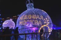 Световые фигуры-ёлочные шары в Парке Победы. Фото Морошкина В.В.