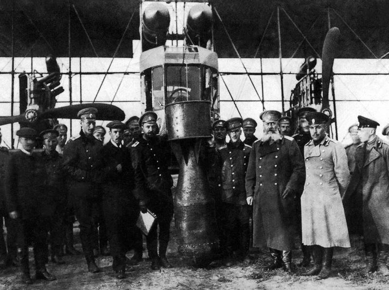 Возле самолёта с учебной 25-пудовой бомбой. В центре - Киреев, Никольский, Сикорский, Панкратьев (с планшетом в руке), Шидловский.